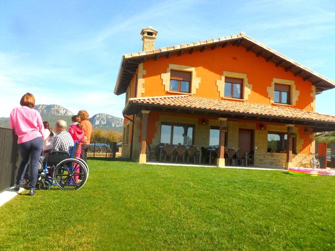 Casa rural en navarra para 14 16 personas con 7 for Casa rural para cuatro personas con piscina