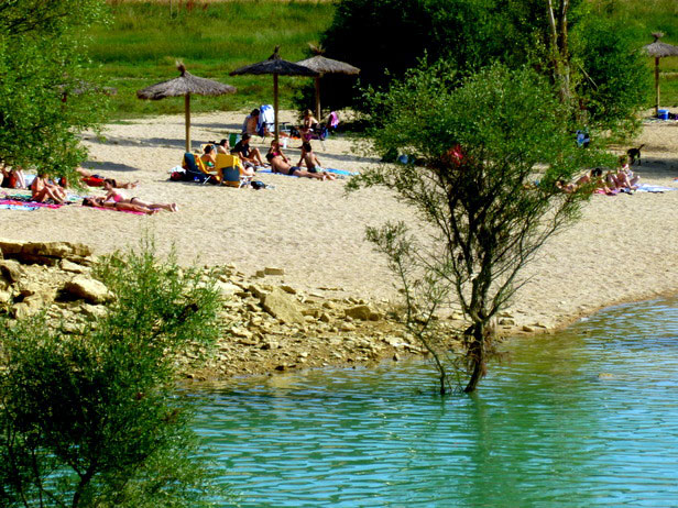 Playa natural en el embalse de Alloz